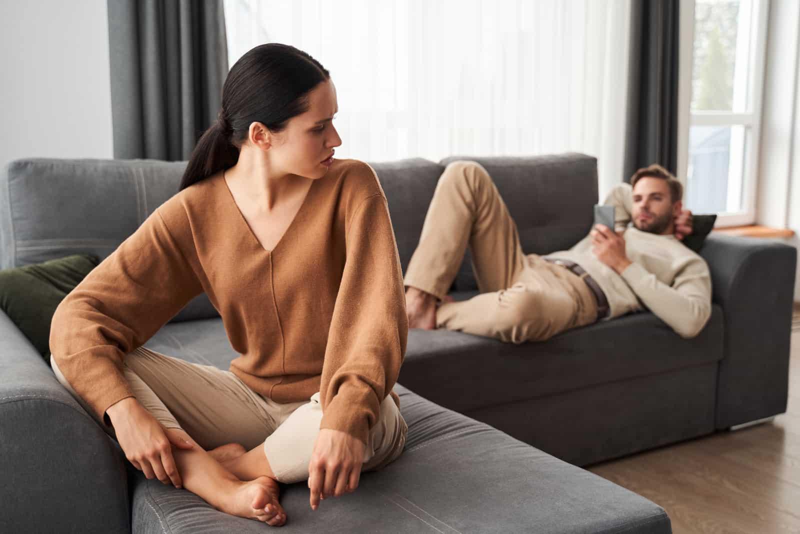 Ein Paar mit Liebesproblemen sitzt auf dem Sofa