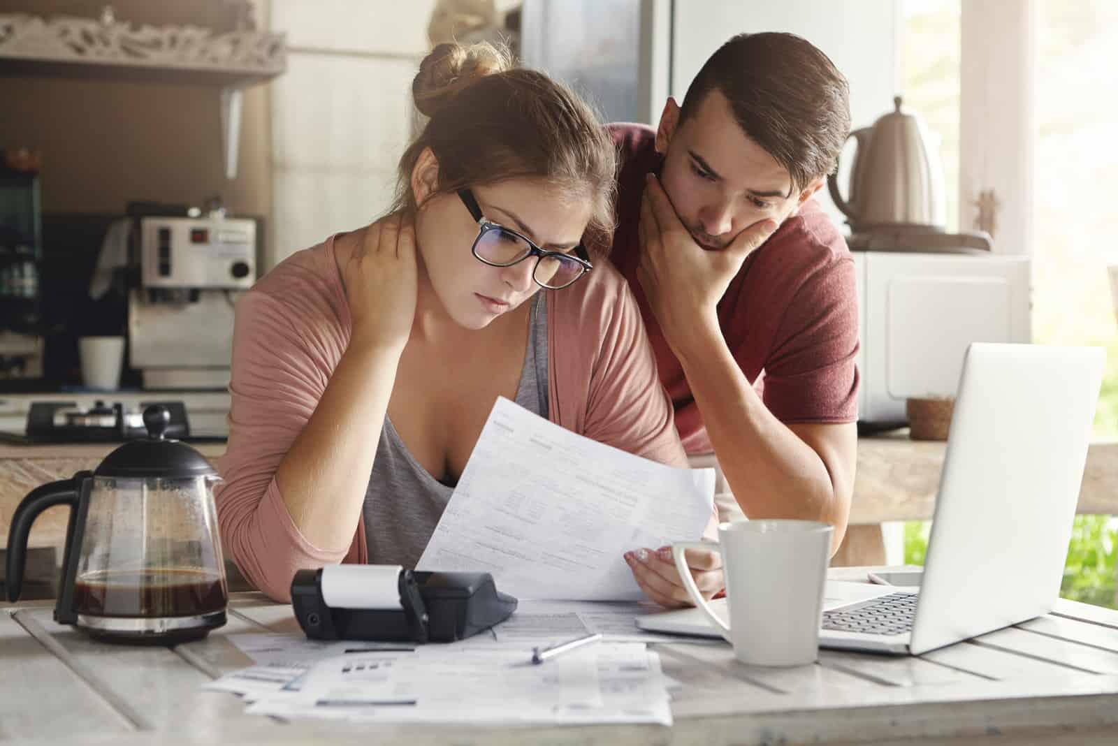 Ein liebendes Paar hat finanzielle Probleme