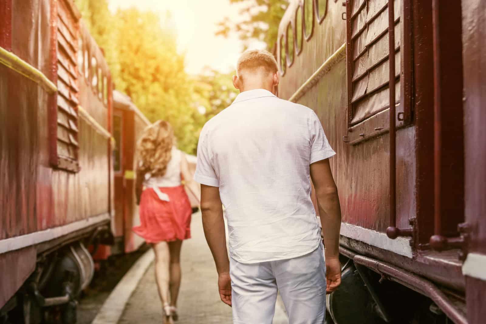 Eine attraktive Blondine in einem rosa Rock hinterlässt einen Mann