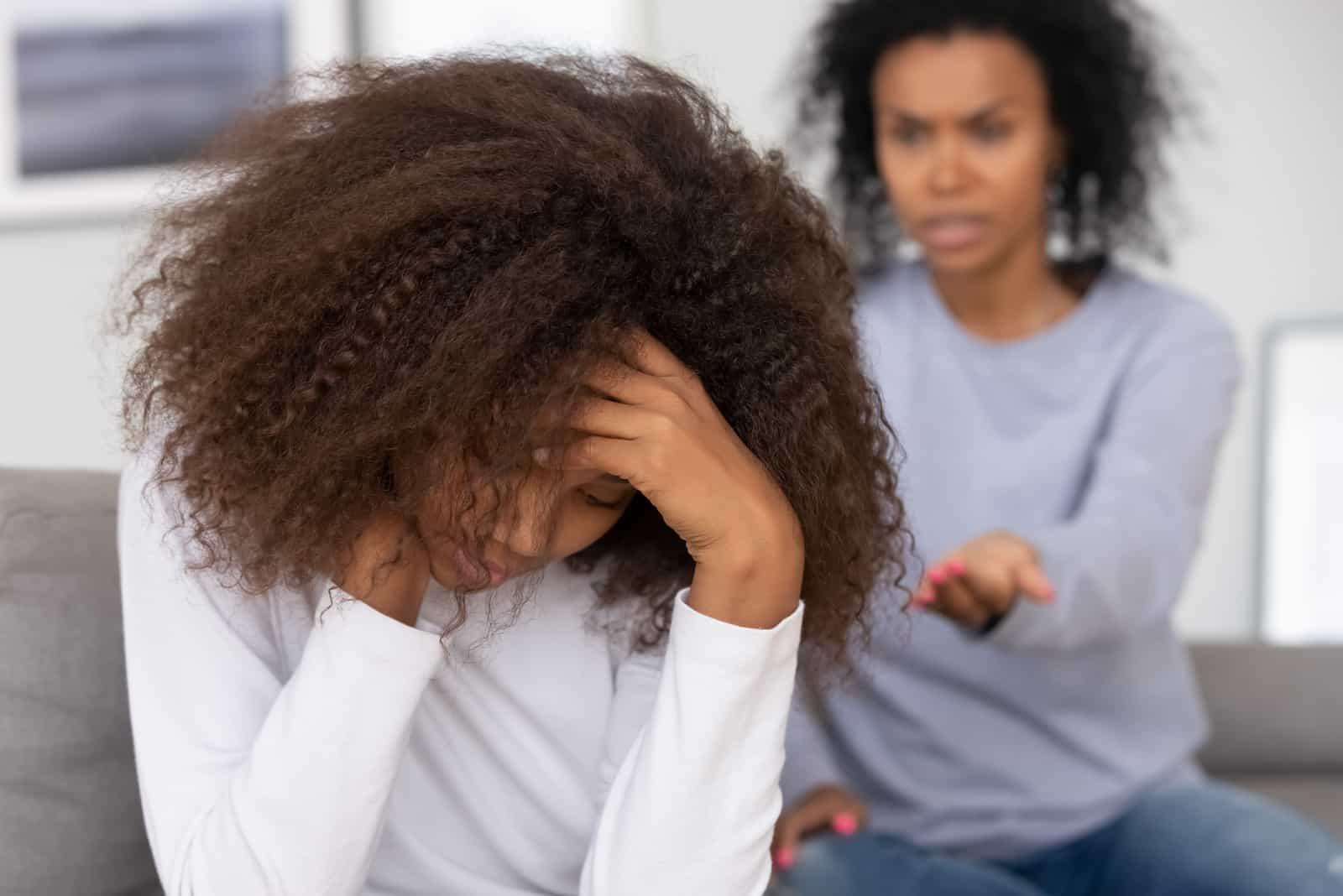 Eine junge Frau kritisiert ein Kind