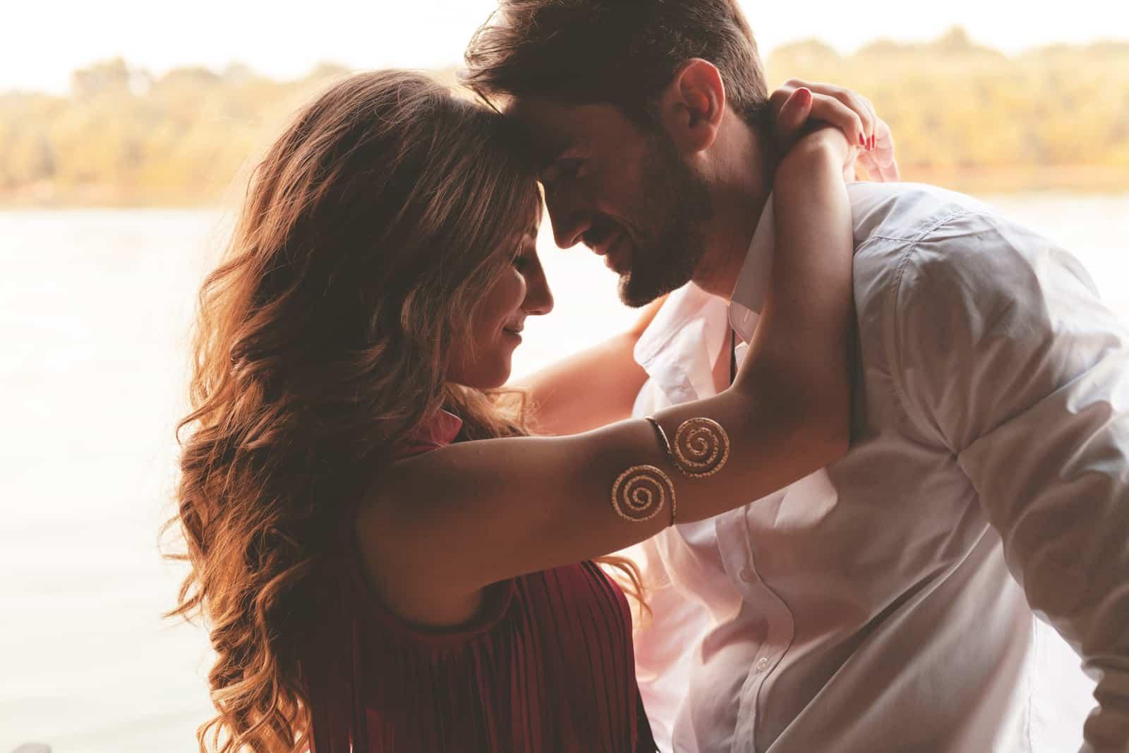 Glückliches Paar von Angesicht zu Angesicht