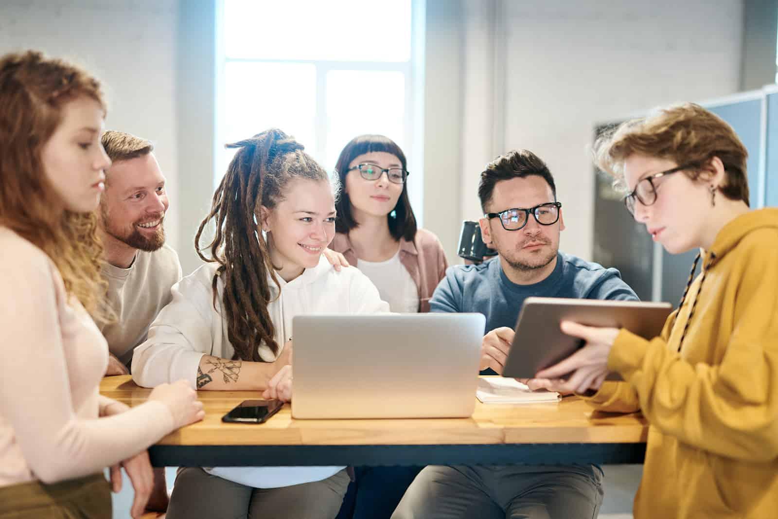 Gruppe von Kollegen während einer Pause sprechen