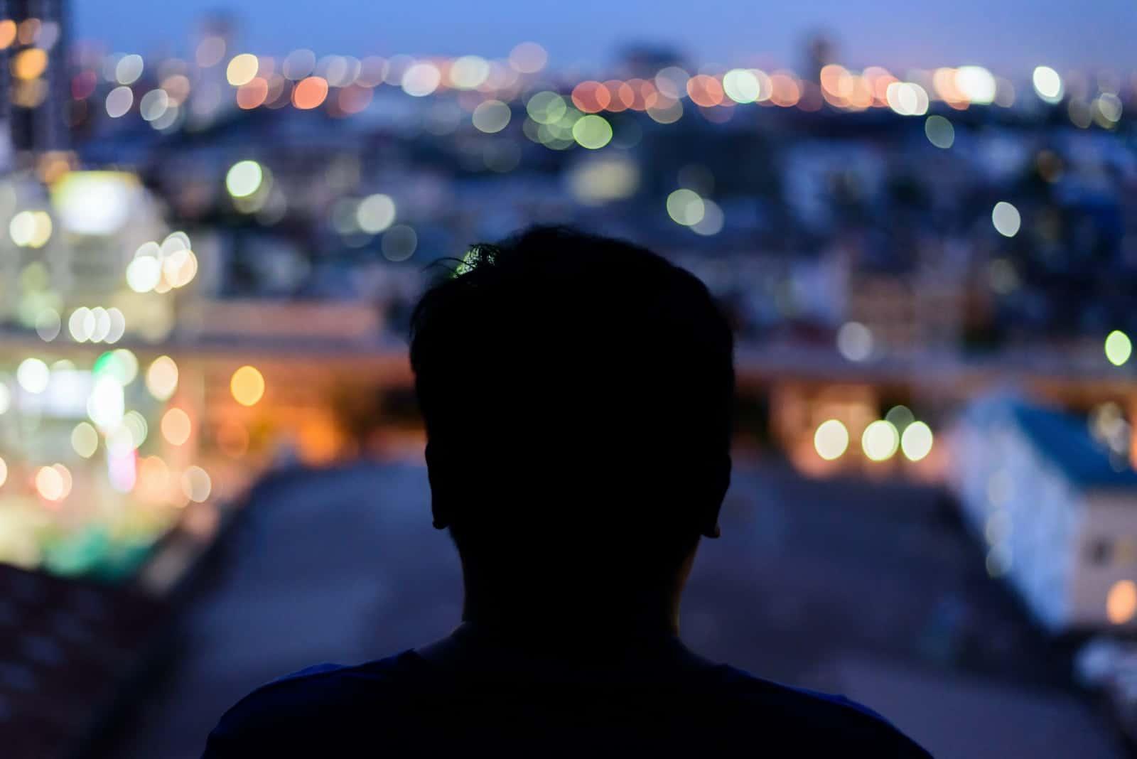 Mann, der die Ansicht vom Wolkenkratzer beobachtet