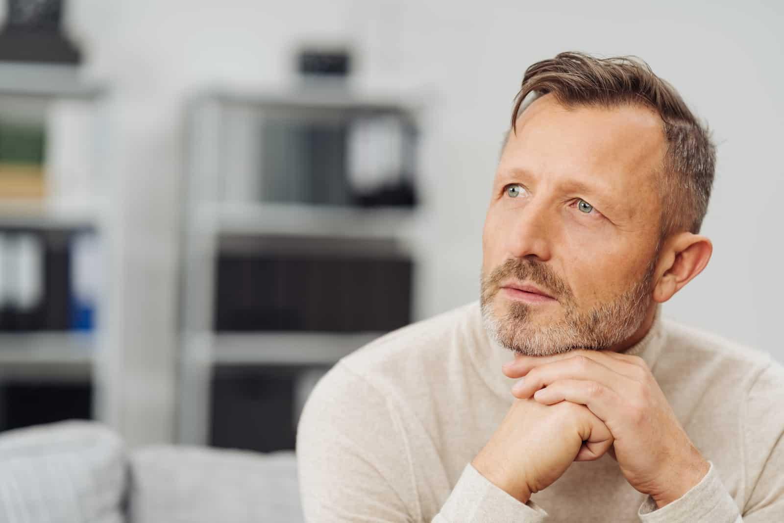 Mann mittleren Alters mit einem ernsthaften nachdenklichen Ausdruck