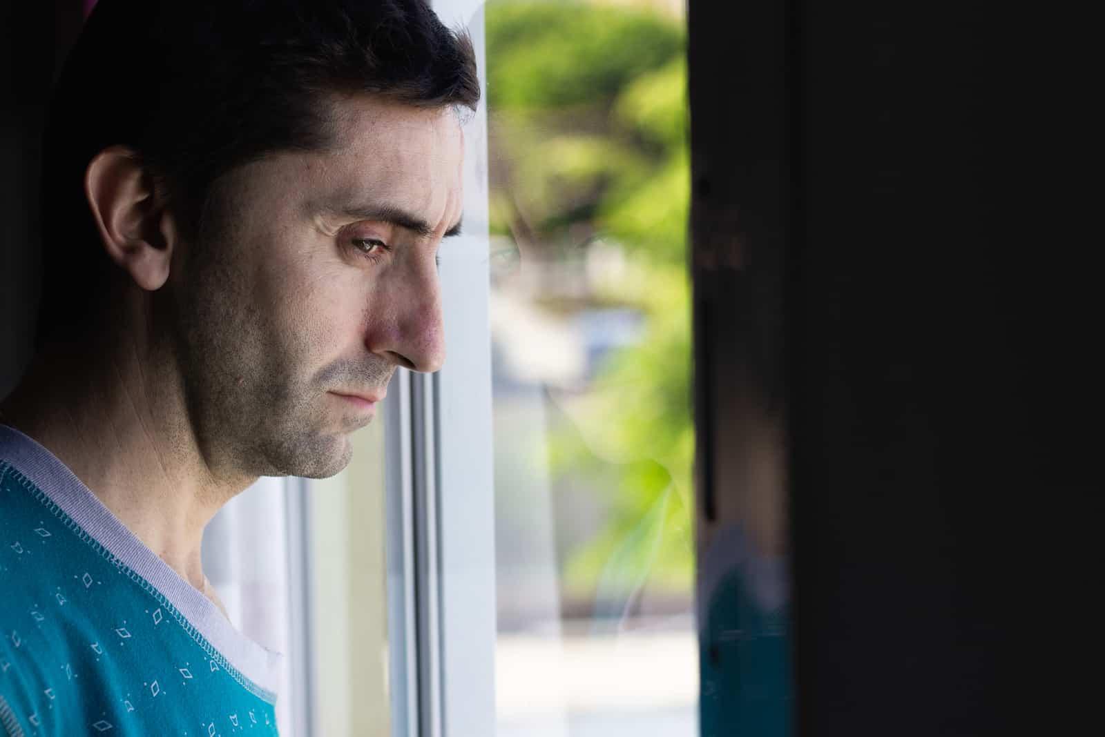 Mann mittleren Alters mit traurigem Blick