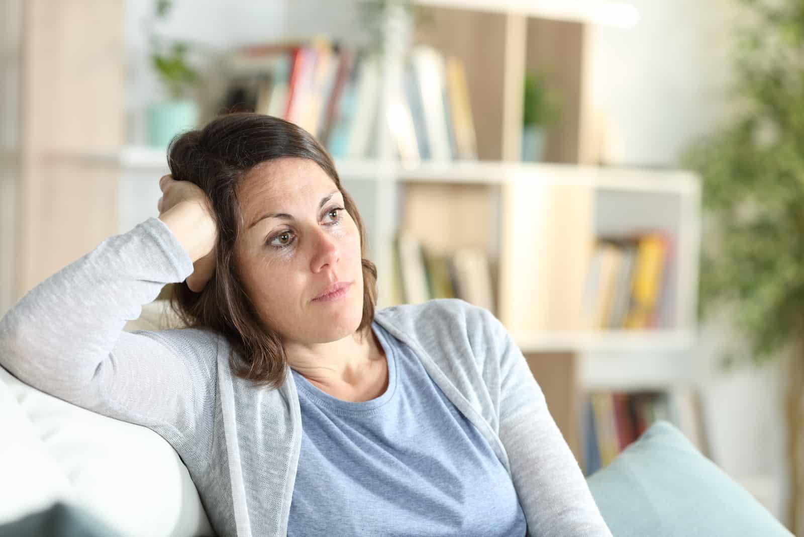 Nachdenkliche erwachsene Frau denkt weg schauend