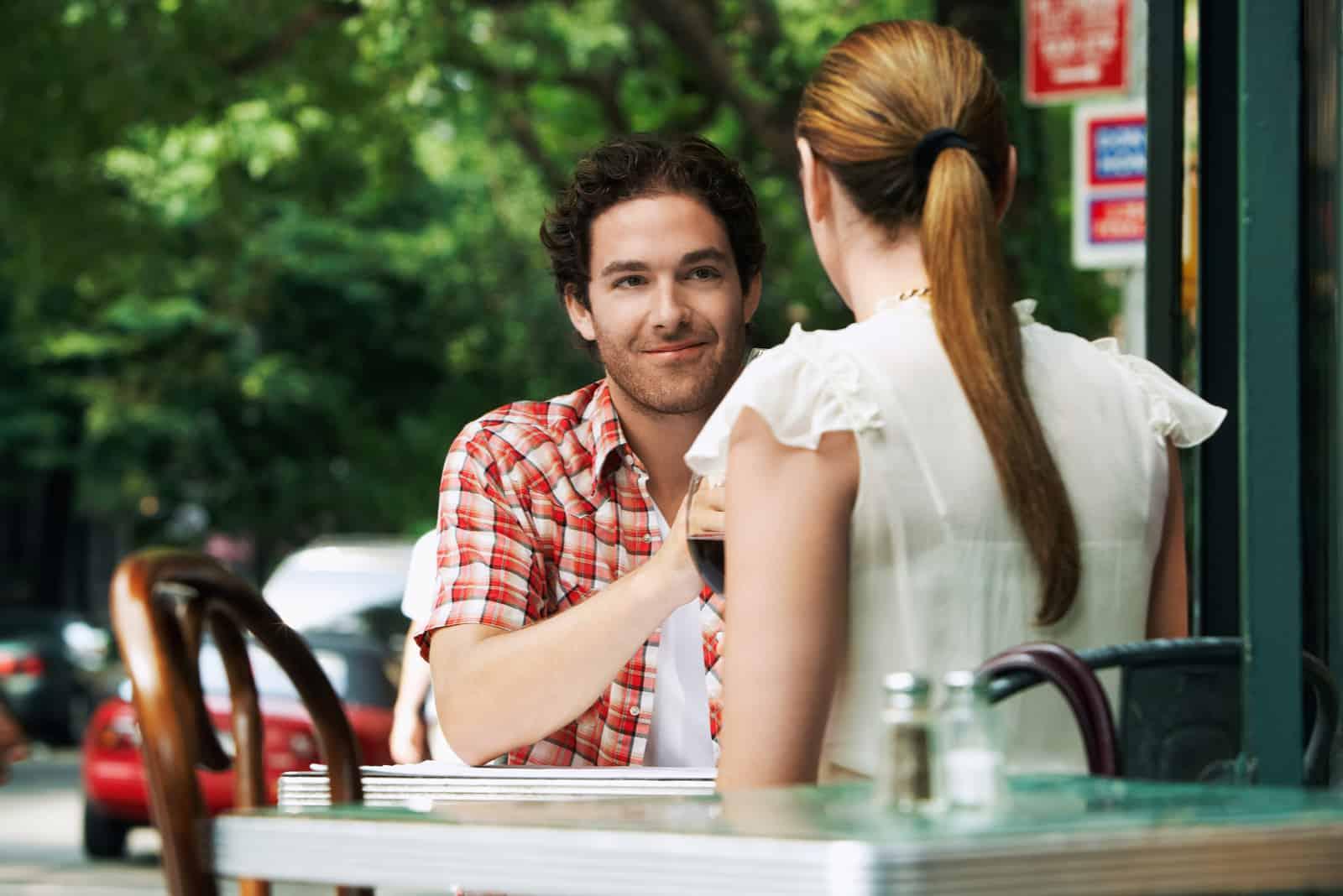 Paar sitzt am Bürgersteig Cafe
