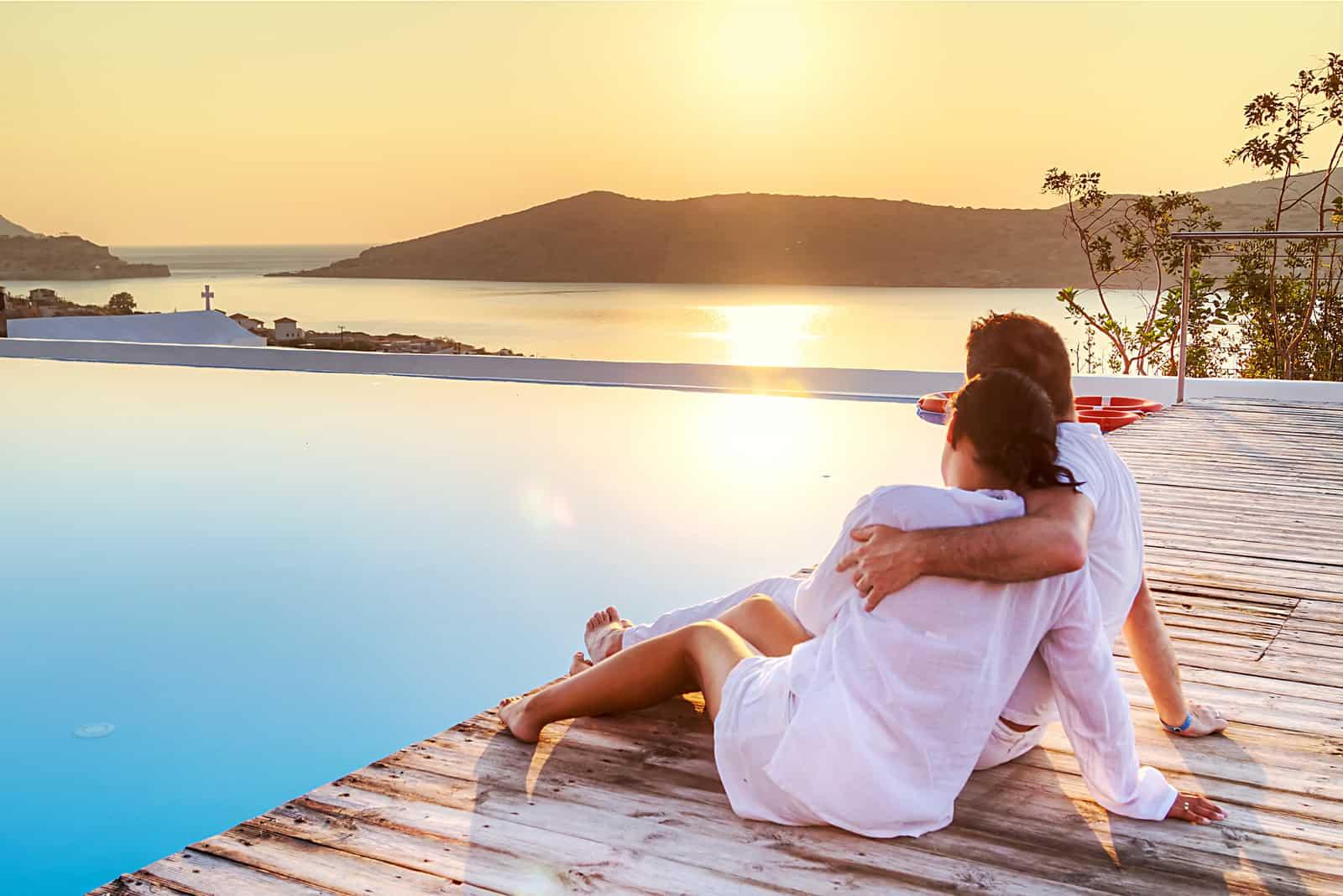 Verliebtes Paar, das gemeinsam den Sonnenaufgang beobachtet