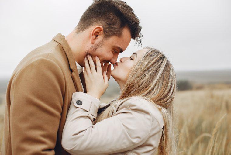 ein glückliches Paar, das sich auf dem Feld umarmt