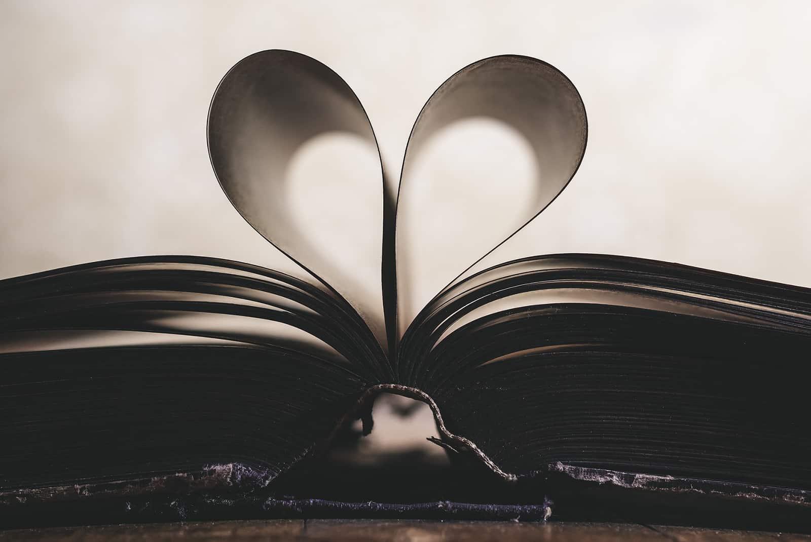 ein Herz aus Papieren des Buches auf dem Tisch