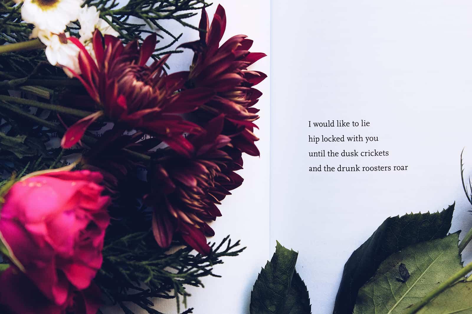 ein Liebestext in einem Buch und ein Blumenstrauß darauf
