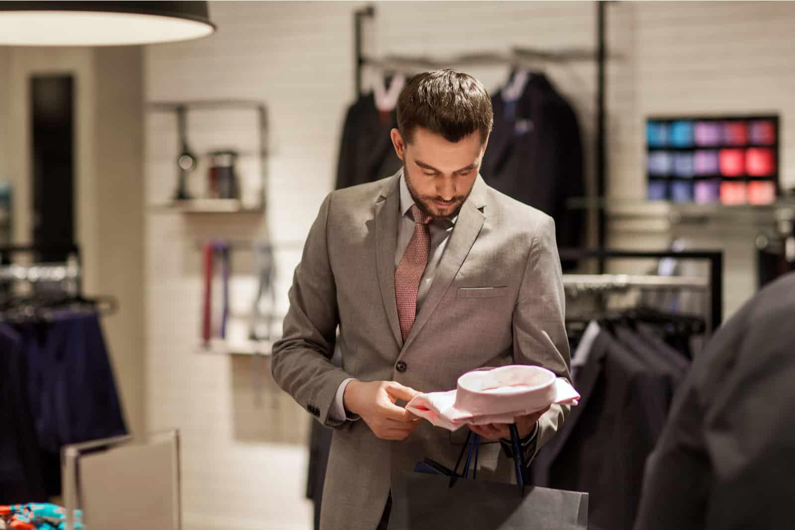 ein gutaussehender Mann beim Einkaufen