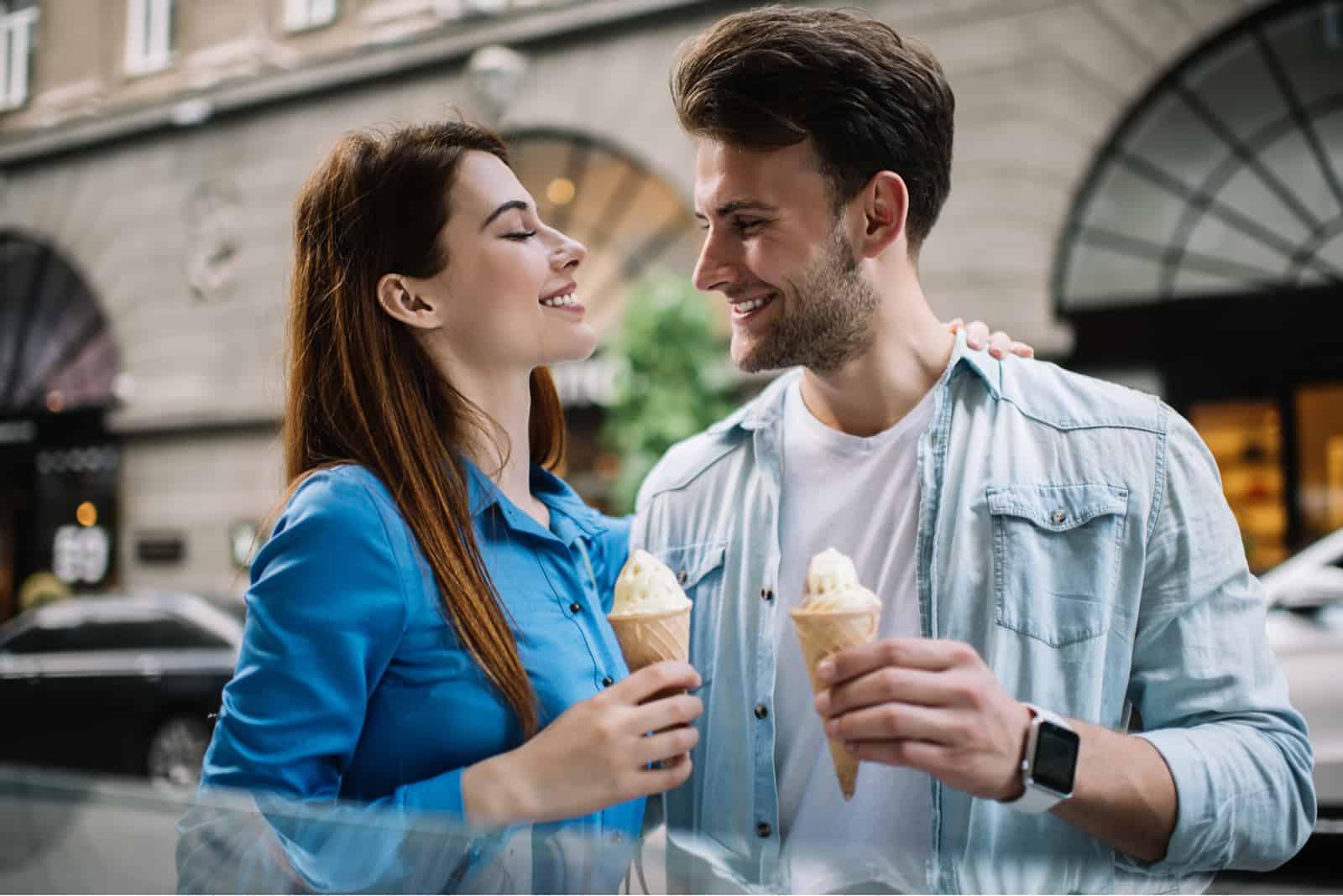 ein lächelndes Paar mit Eis flirten