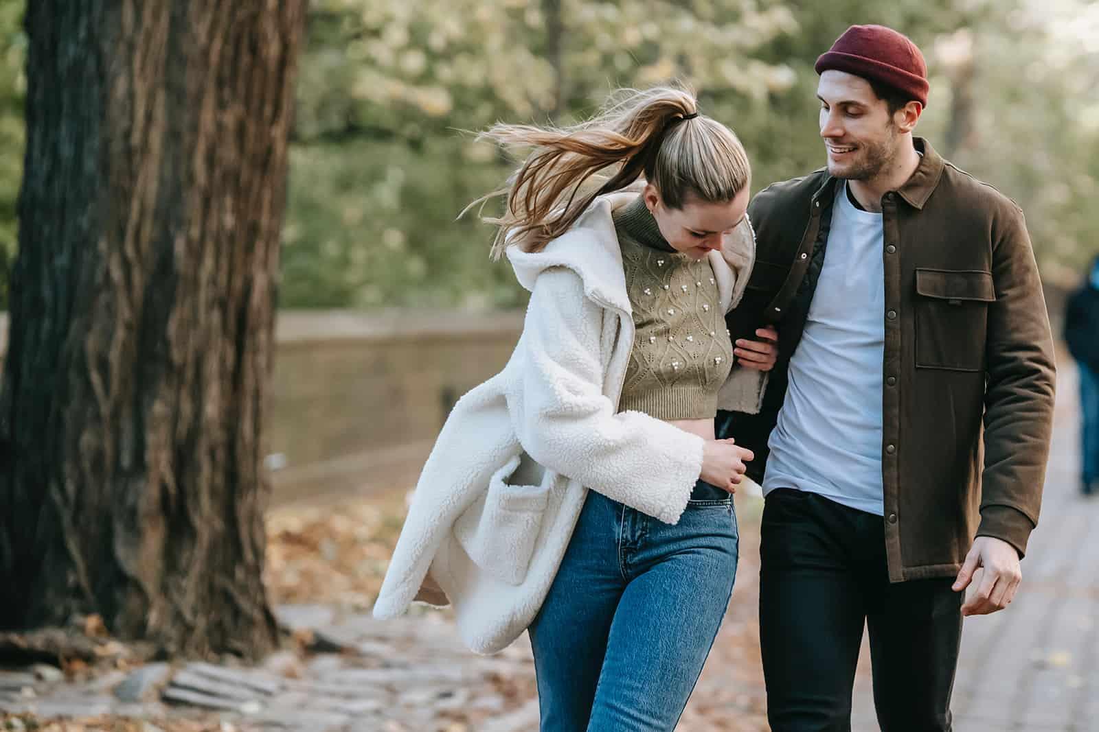 Ein Paar geht in den Park und hält sich an den Händen