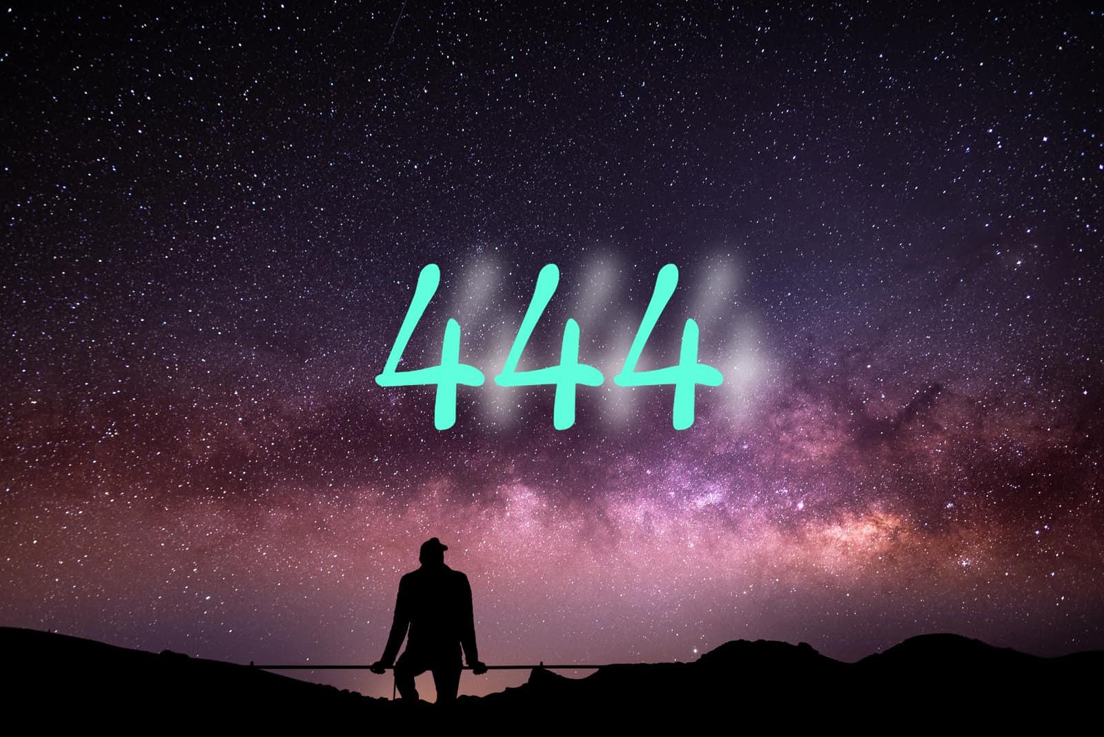 erson sitzt nachts und starrt auf die milchstraße