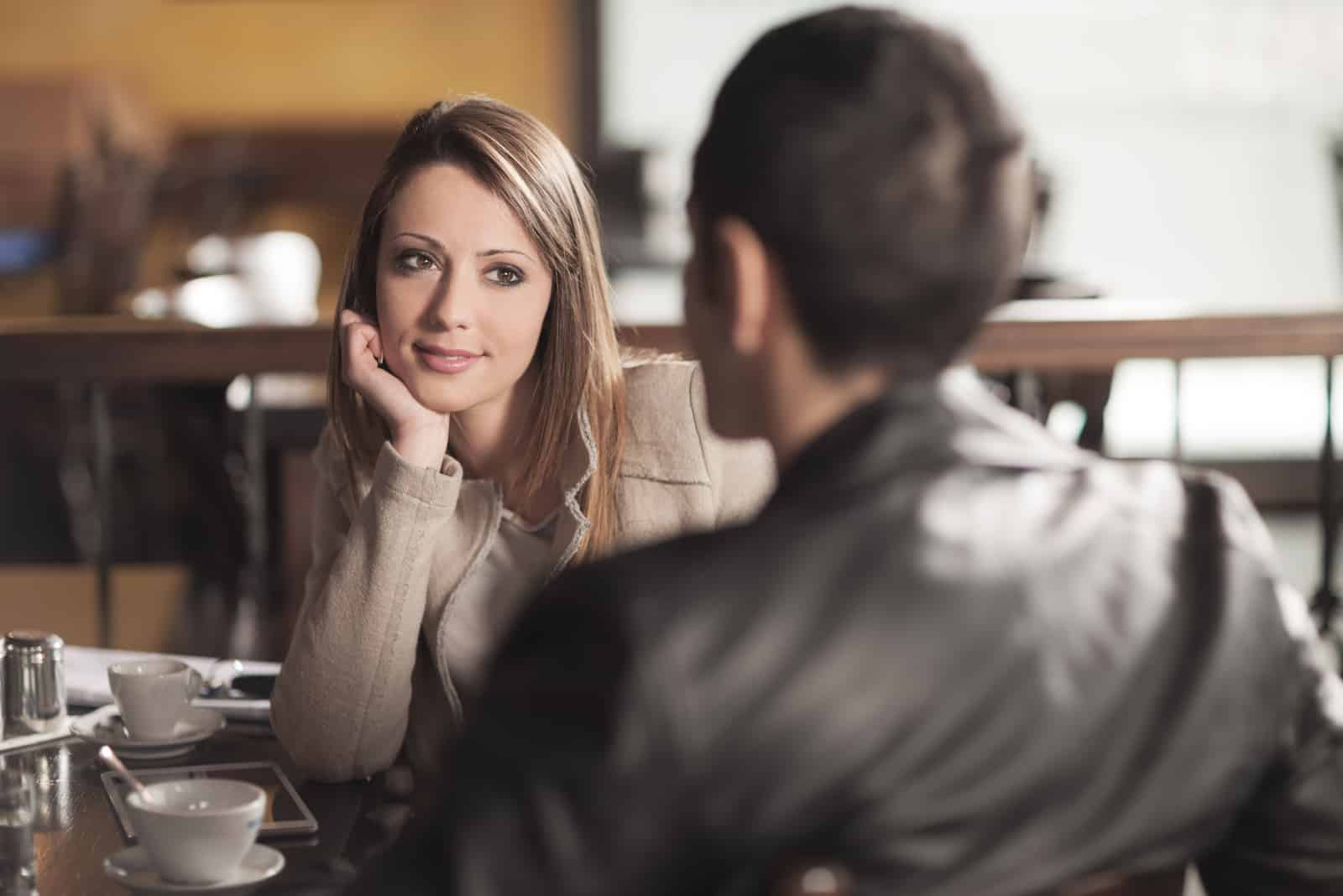 glückliches verliebtes Paar in einem Café