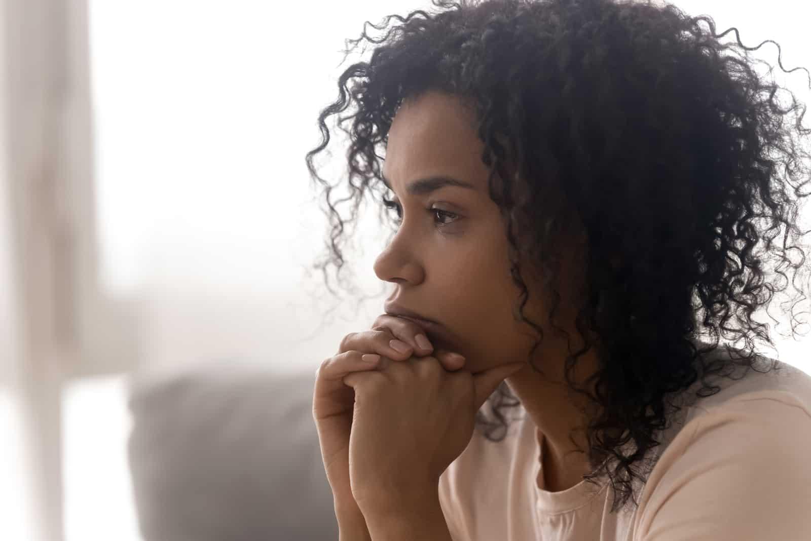 nachdenkliche Frau, die an Probleme denkt
