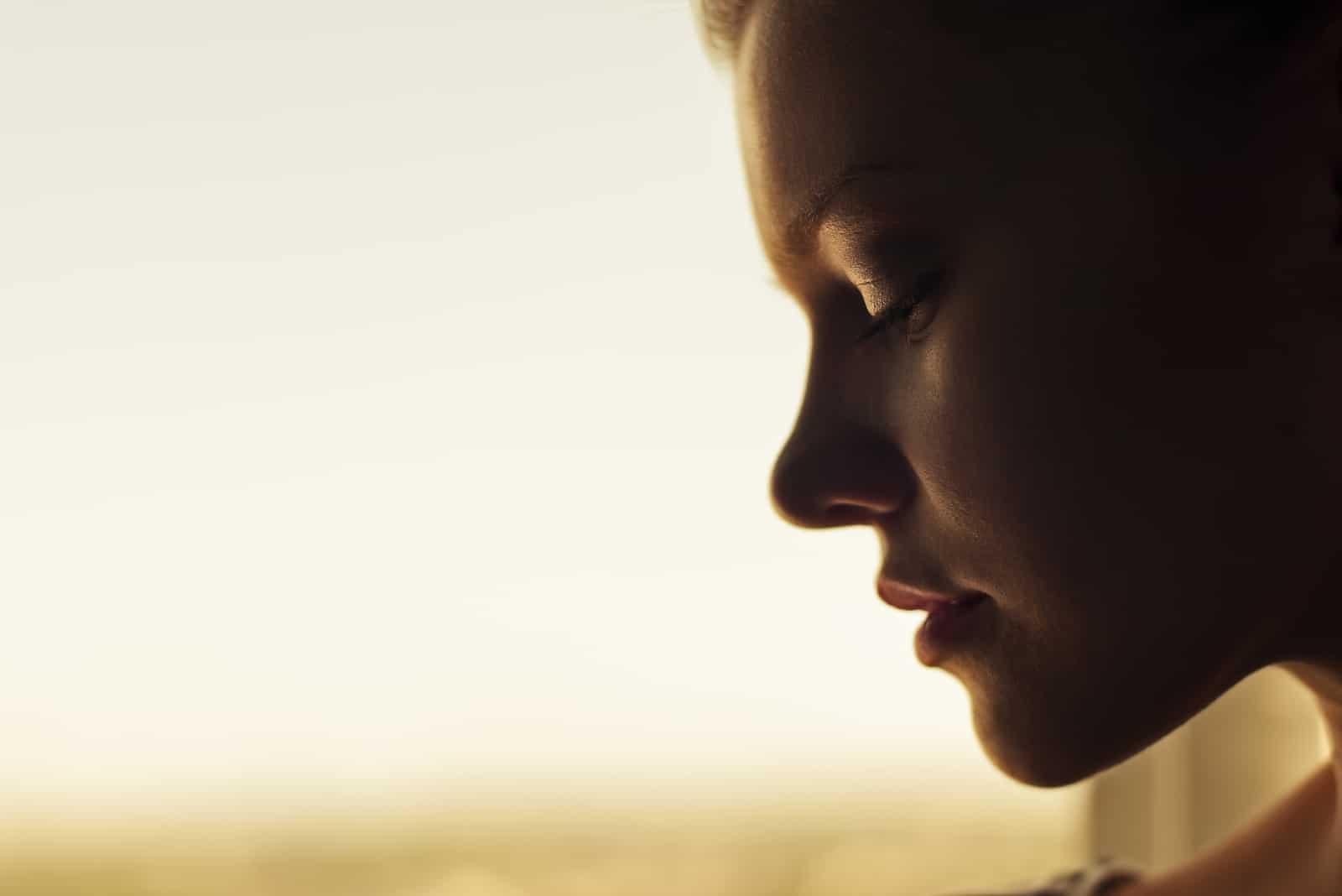 nachdenkliches Porträt eines schönen Mädchens