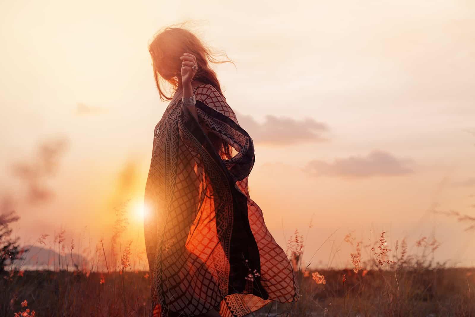 schöne junge Frau bei Sonnenuntergang