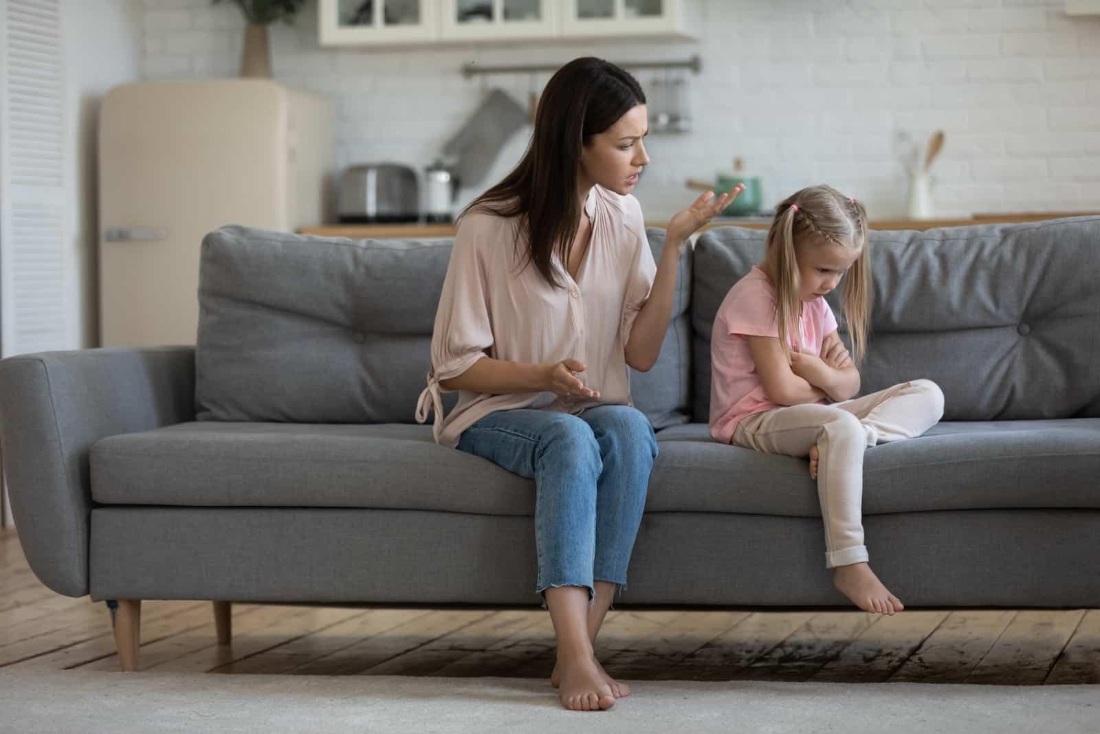 wütende Mutter sitzt mit ihrem Kind