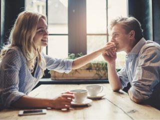 Mann und attraktive junge Frau verbringen Zeit miteinander