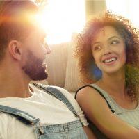 glückliches Ehepaar sitzt in einer neuen Wohnung