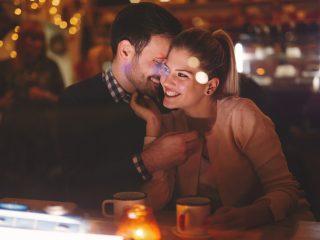 Romantisches Paar, das nachts in der Kneipe datiert