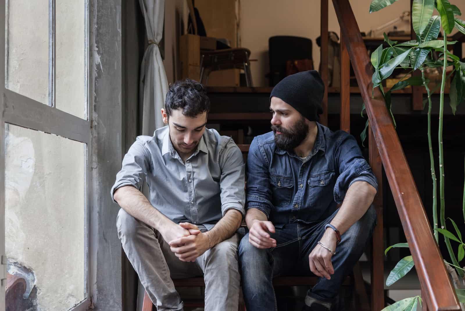 Männer reden auf der Treppe eines Büros