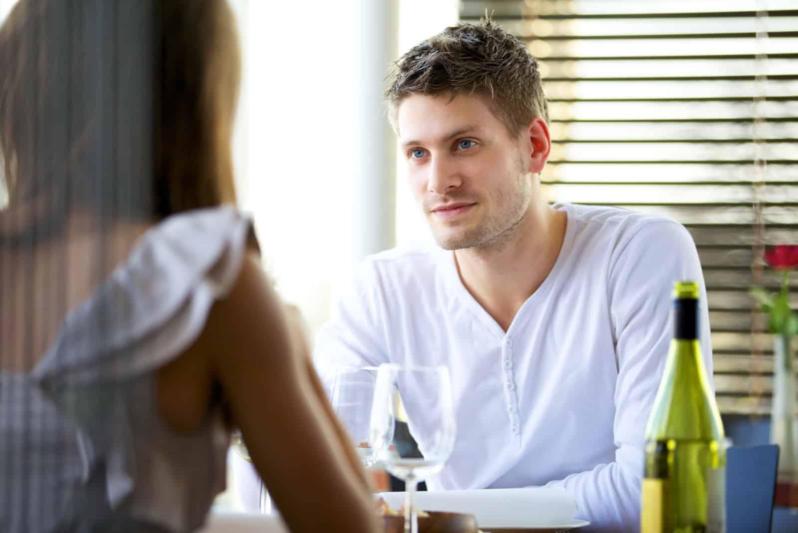 Mann in einem ernsthaften Gespräch mit seiner Freundin