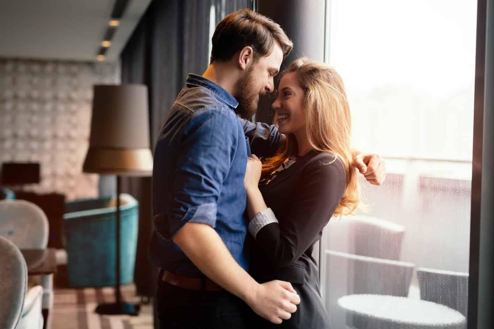 Paar, das echte Gefühle und Glück teilt