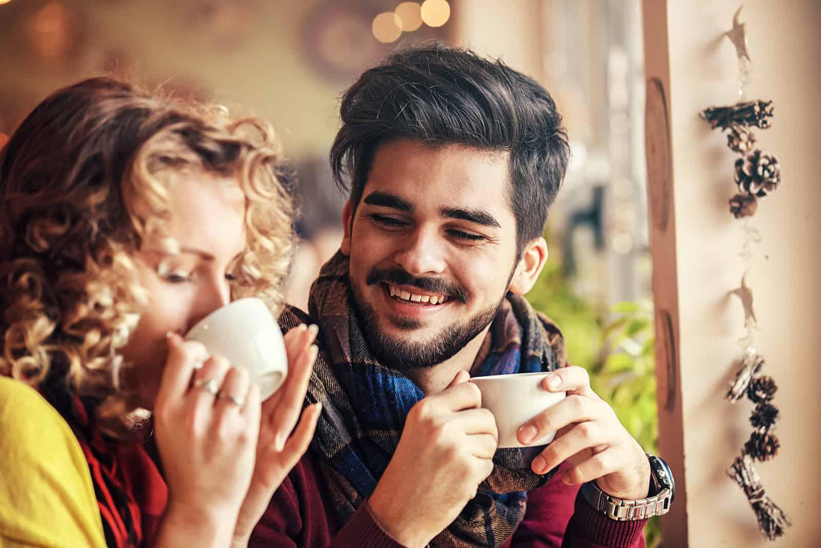 Paar genießt Restaurant und trinkt Kaffee