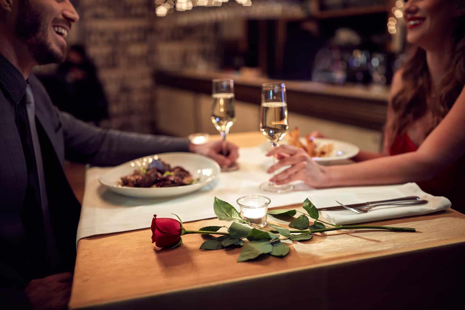 Paar haben einen romantischen Abend im Restaurant
