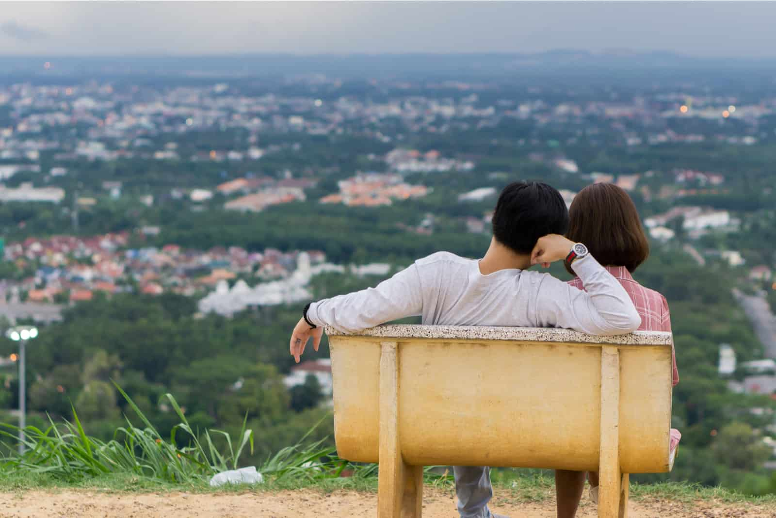 junges Paar sitzt auf der Bank