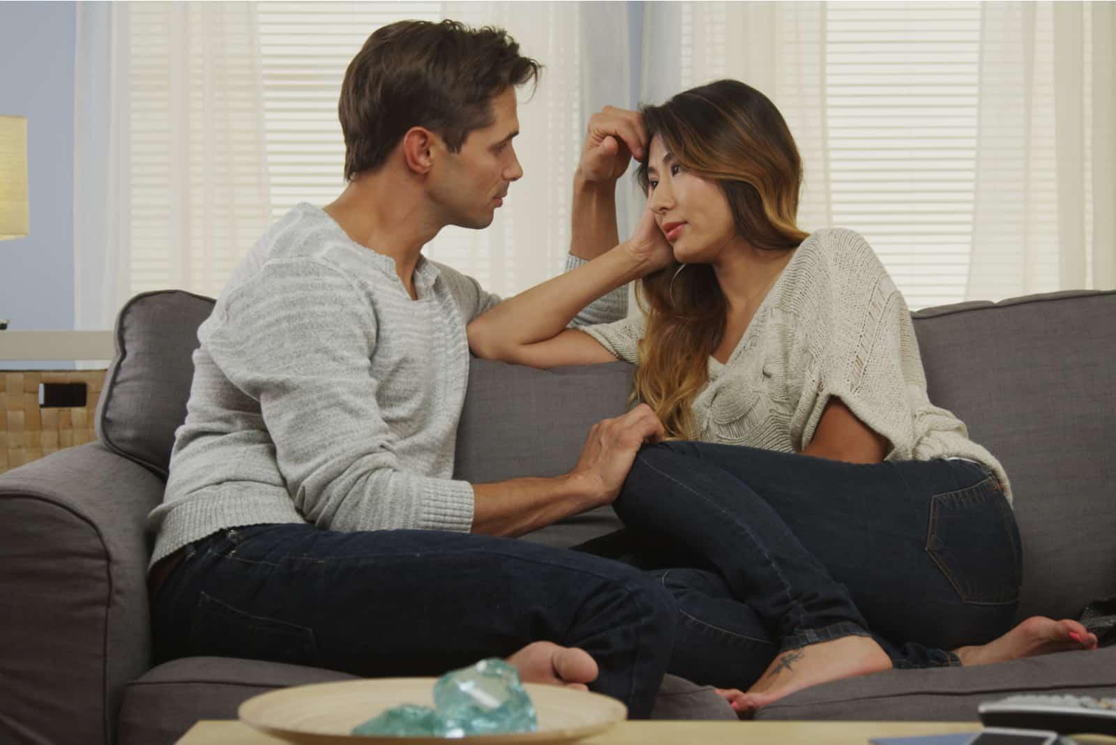 Paar spricht auf der Couch