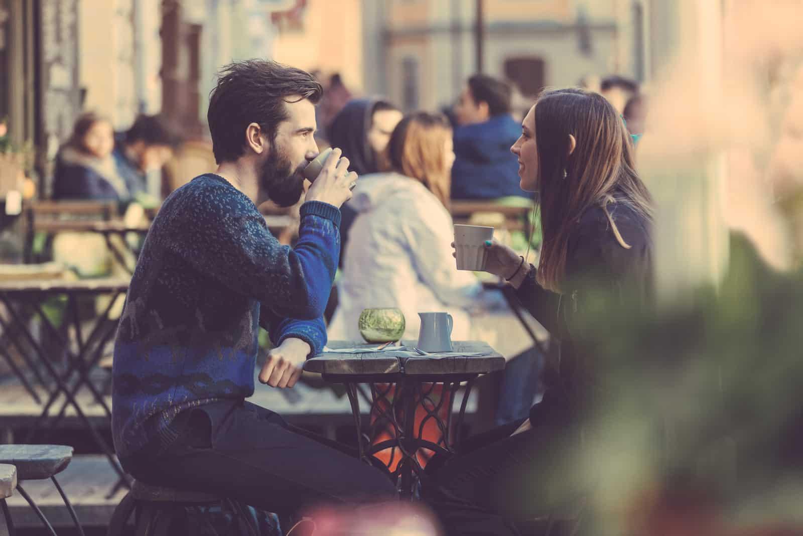 Paar trinkt Kaffee in der Stockholmer Altstadt