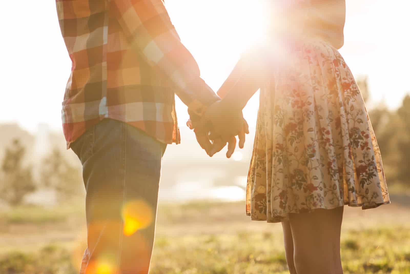 Paar verliebt Händchen haltend