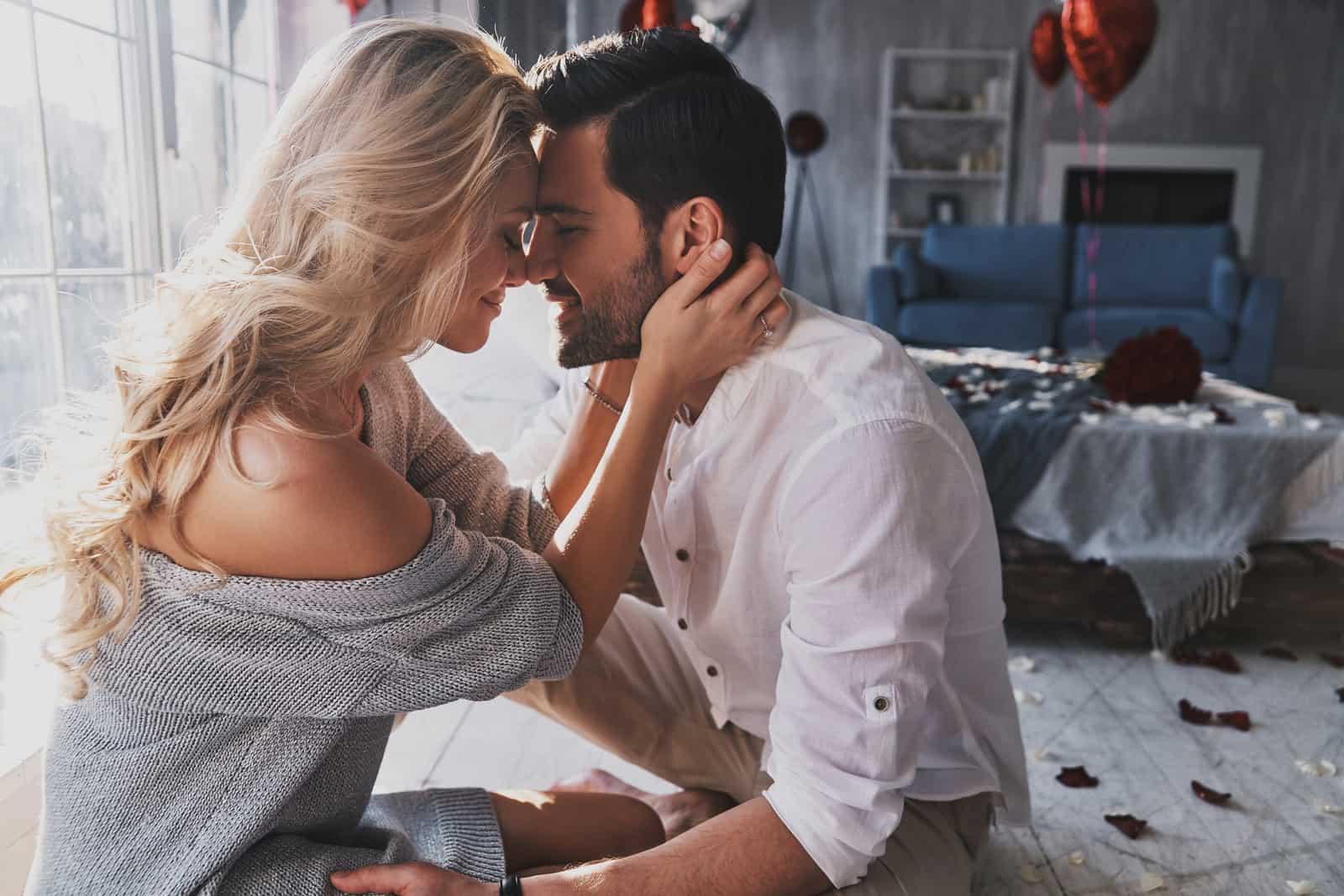 Schönes junges Paar, das verbindet und lächelt