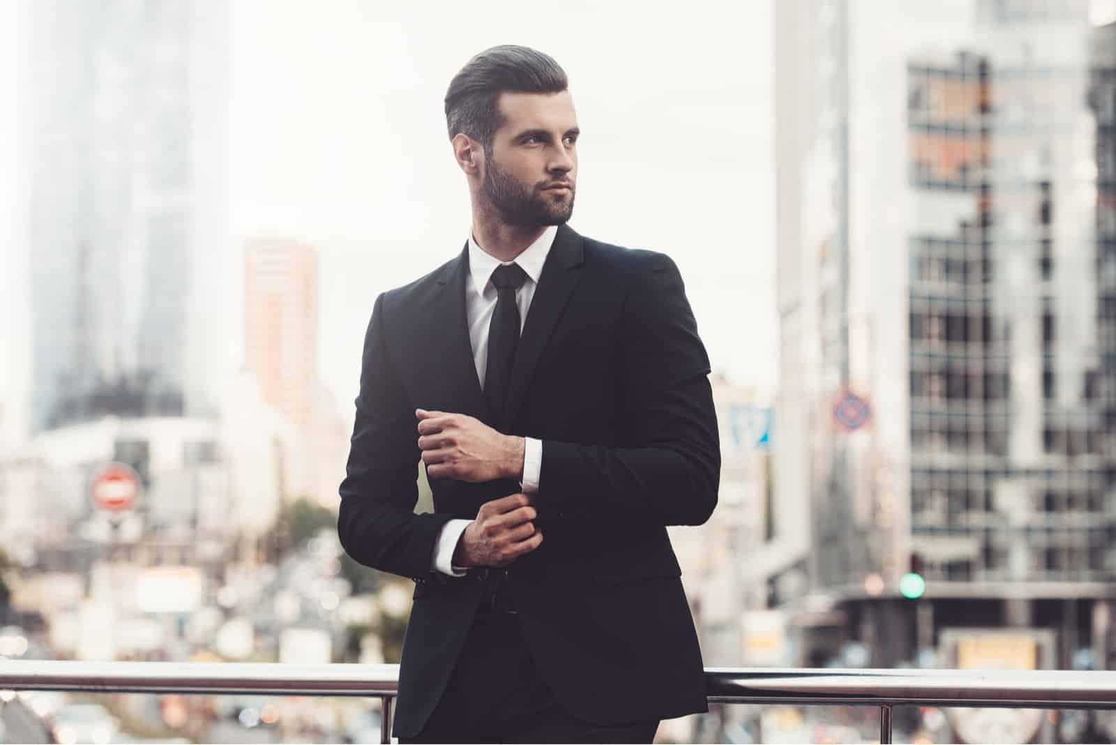 Selbstbewusster junger Mann im vollen Anzug