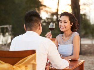 lächelnde Frau, die ihrem Freund zuhört