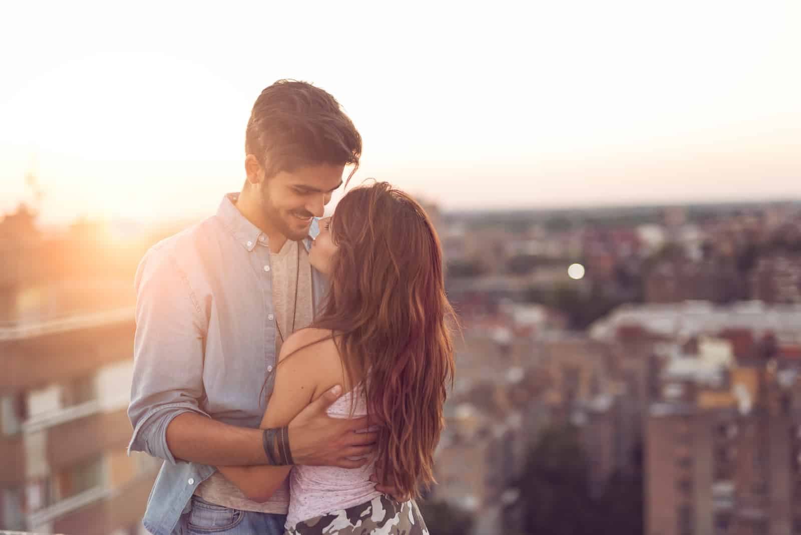 Verliebtes Paar stehend und umarmend