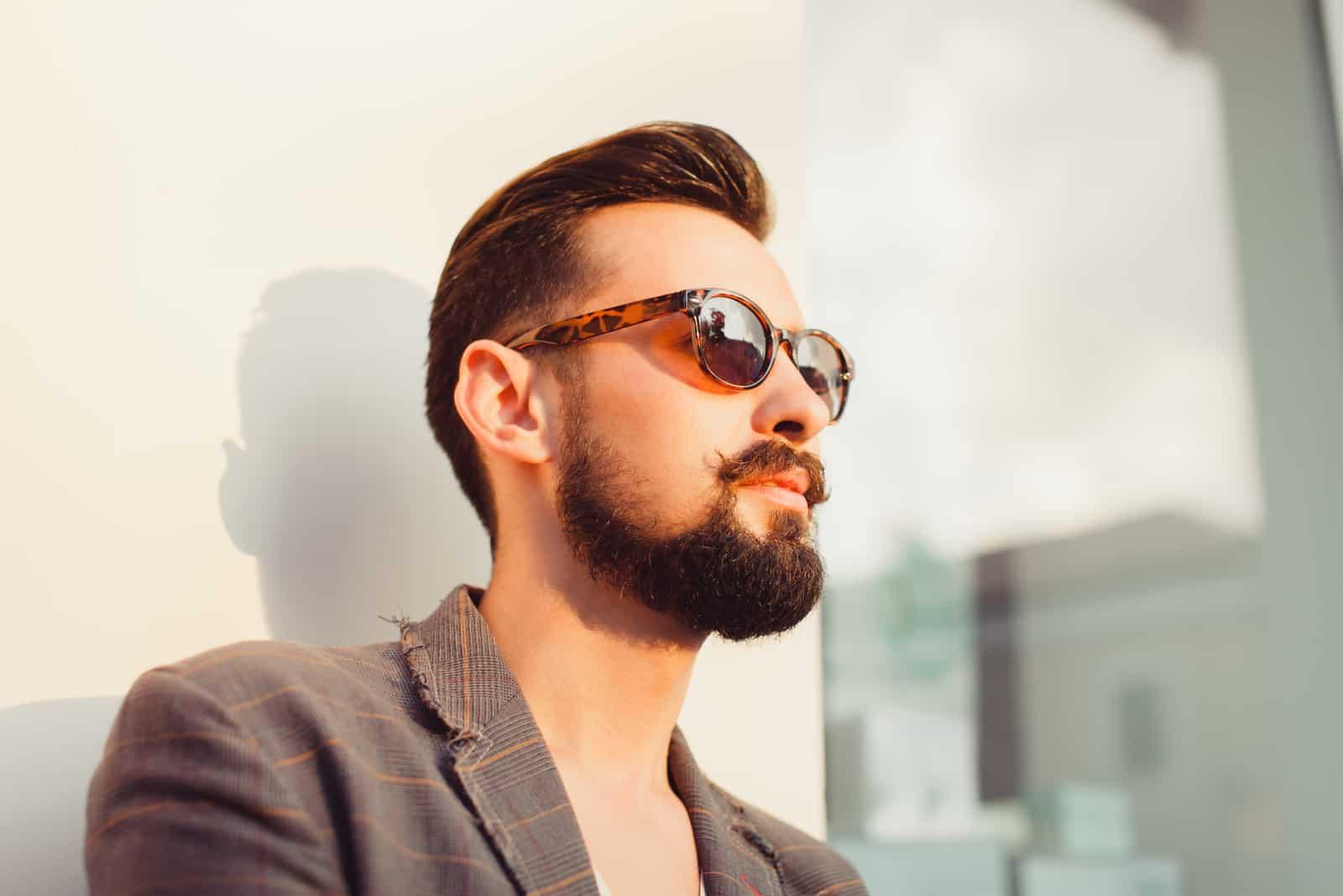 bärtiger Mann mit Sonnenbrille