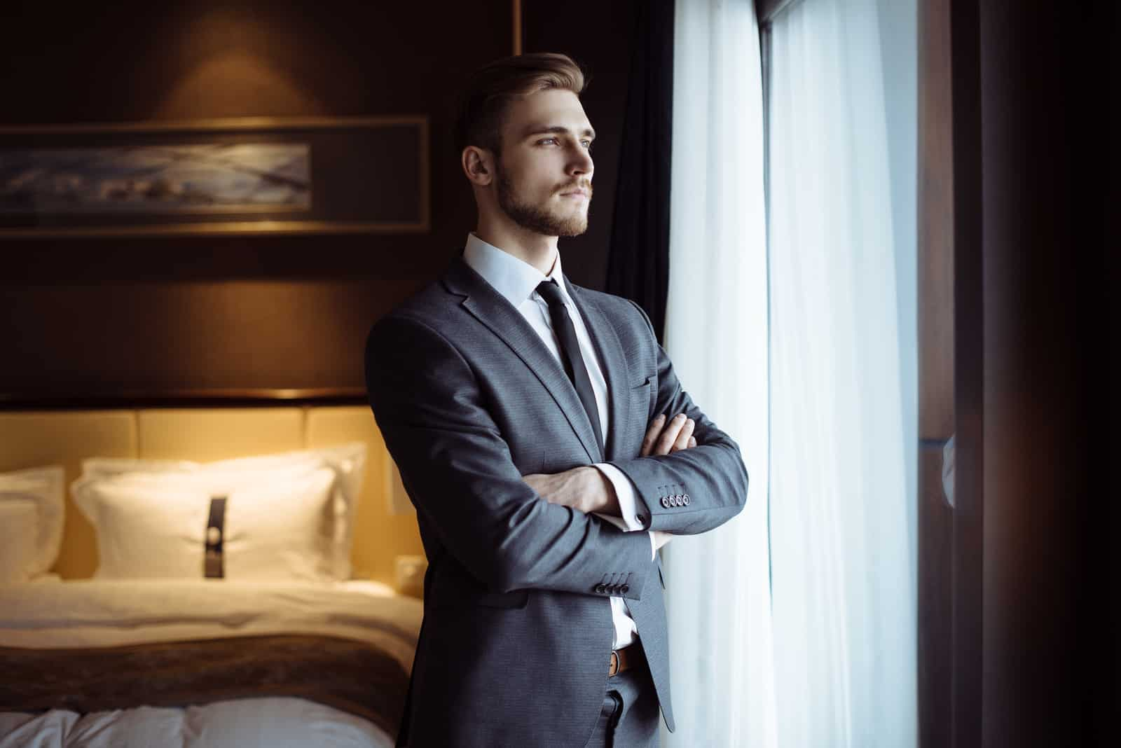 gutaussehender Mann, der sich in seiner Wohnung entspannt