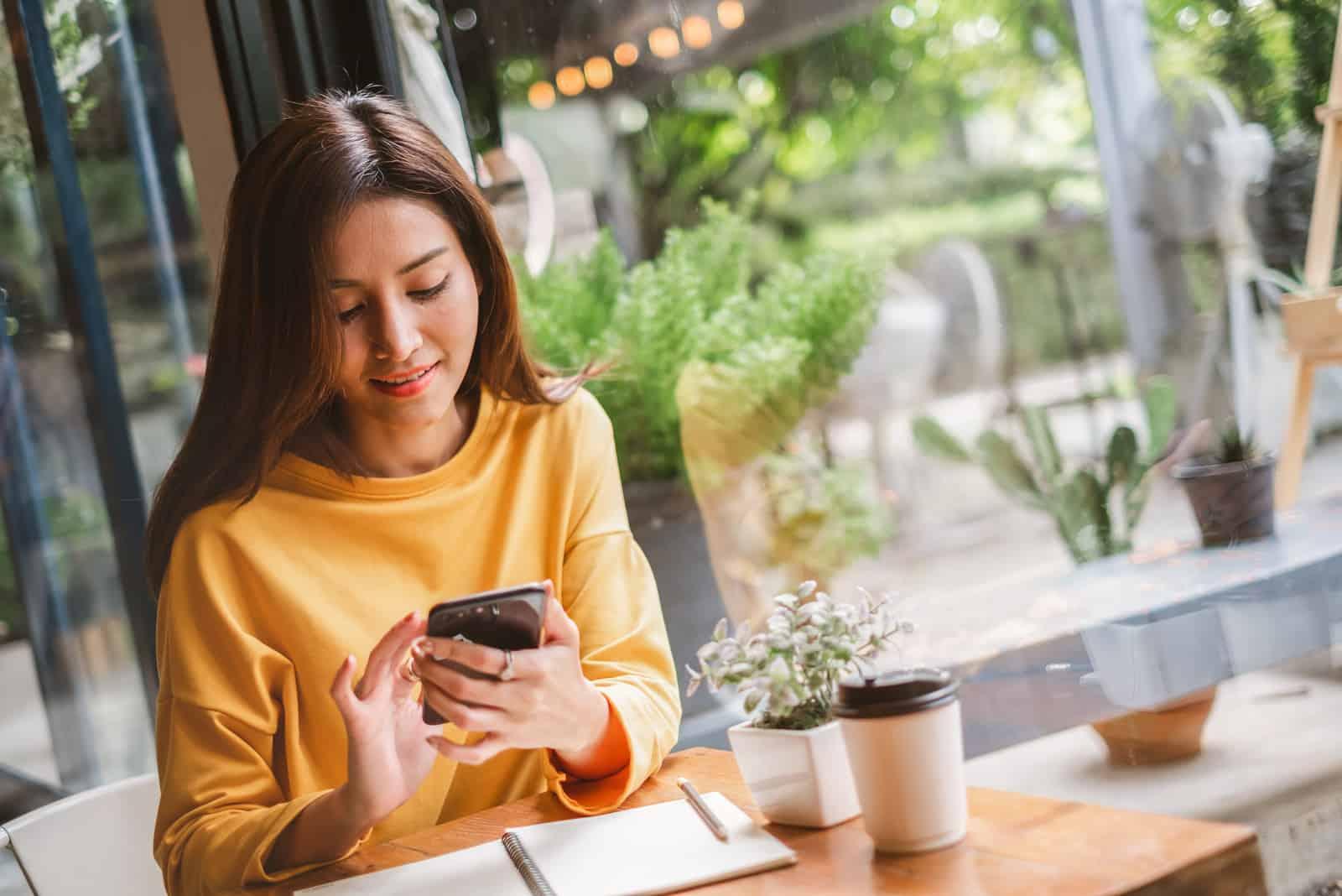 schöne Frau mit Smartphone für das Geschäft