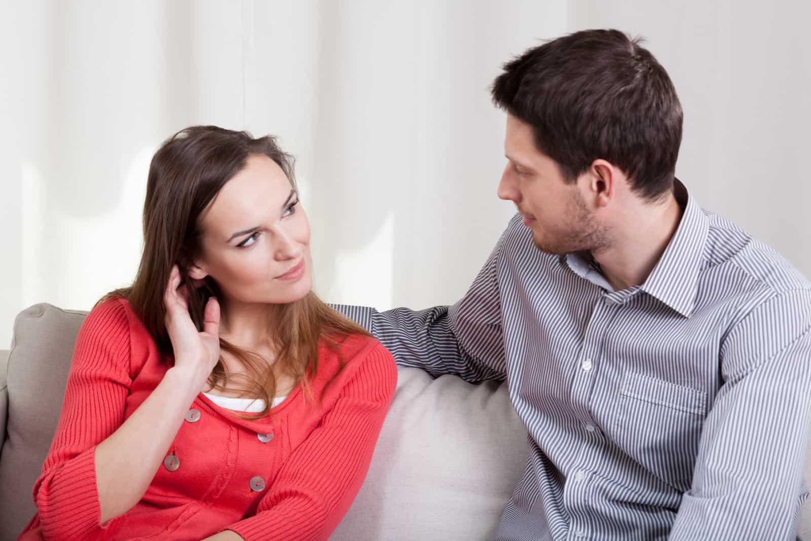 verliebtes Paar sitzt auf dem Sofa