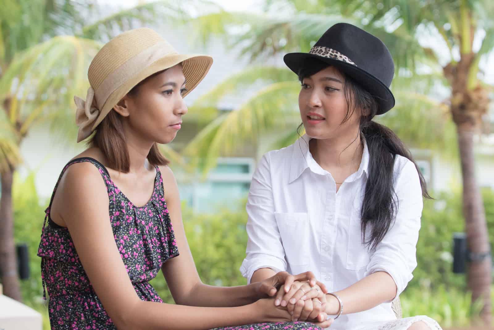 zwei Freundinnen im Freien reden