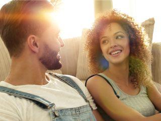 Ehepaar sitzt in einer neuen Wohnung