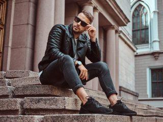 Modischer Typ in schwarzer Jacke und Jeans