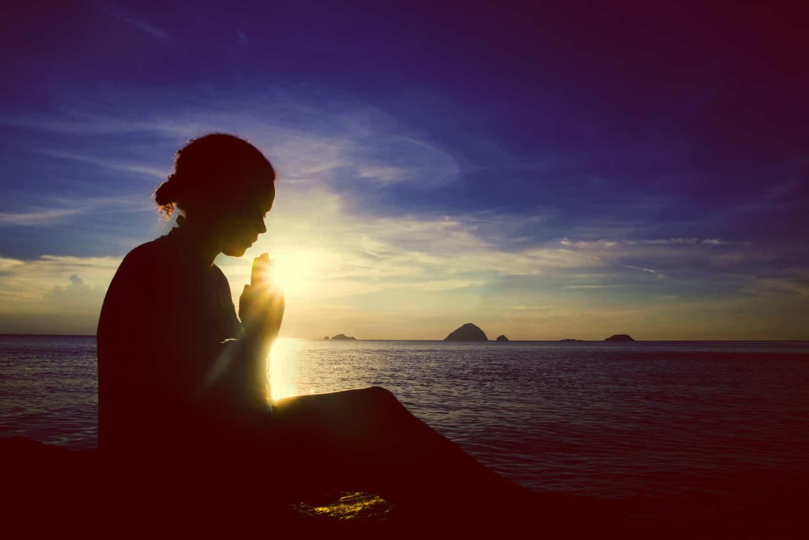 Junge Frau, die betet