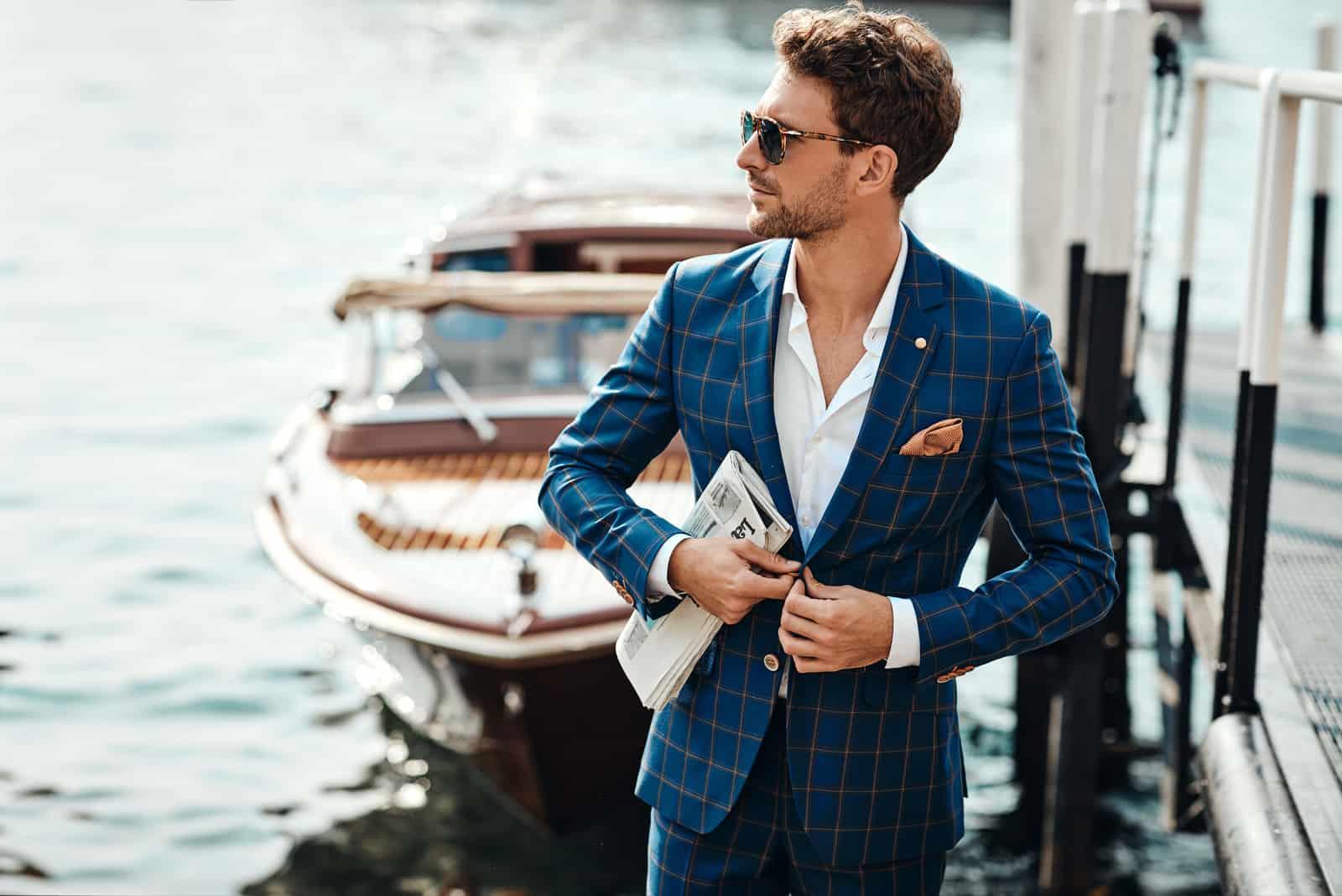 Junger hübscher Mann im klassischen Anzug