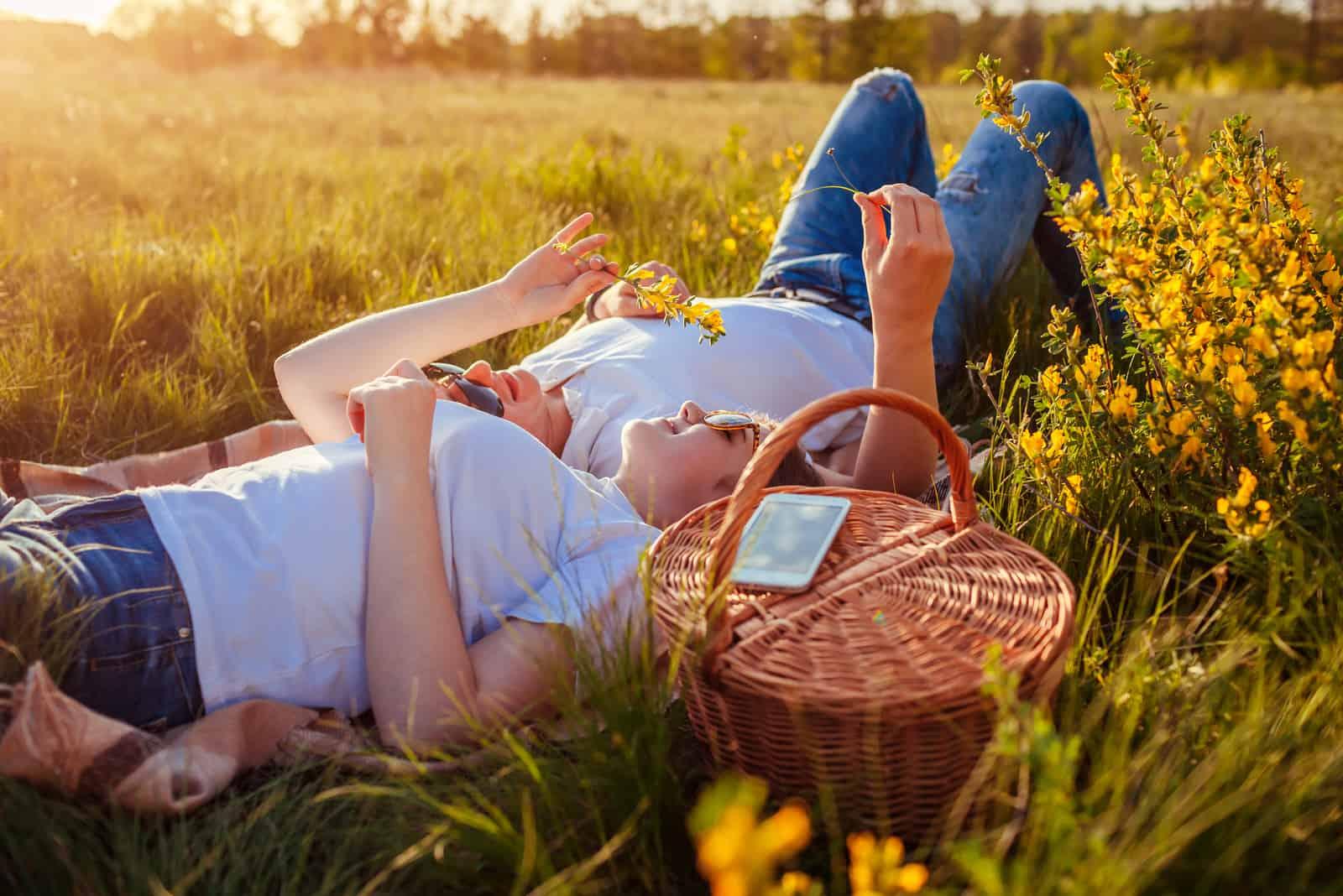 Junges Paar, das sich nach dem Picknick entspannt